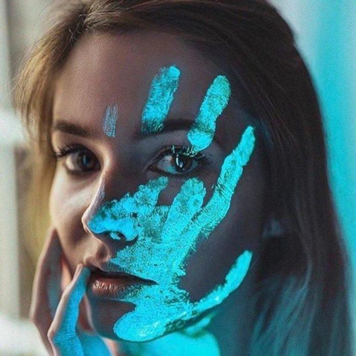 девушка рука на лице