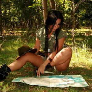 девушка над картой
