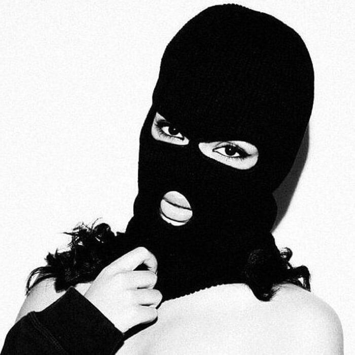 девушка в бандитской маске