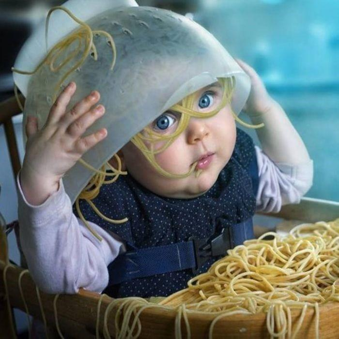 девочка с макаронами