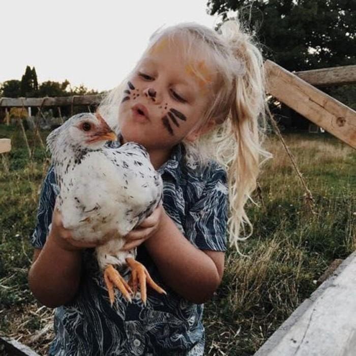 девочка и курица