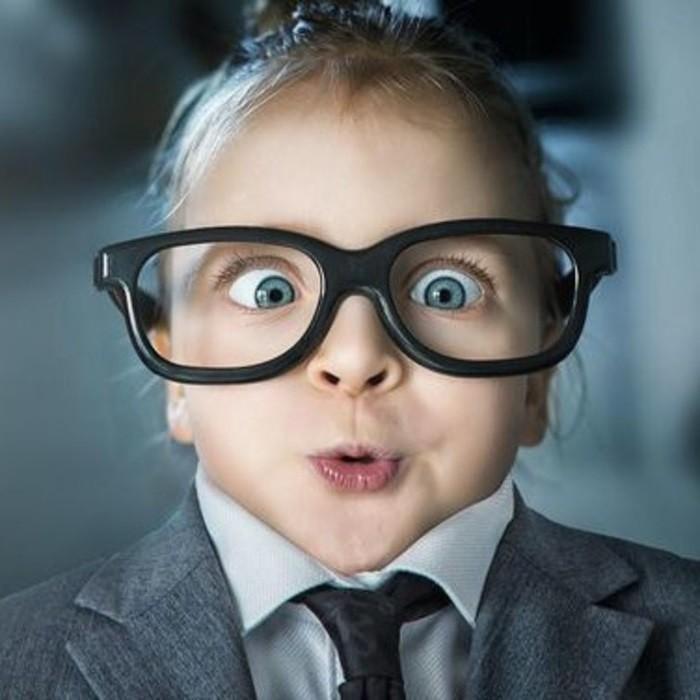 ребенок в больших очках