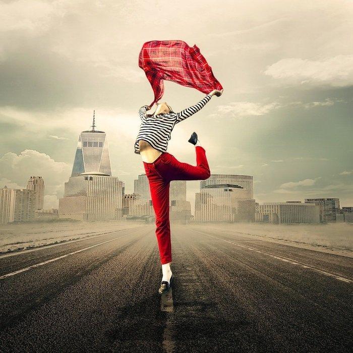 женщина красный платок