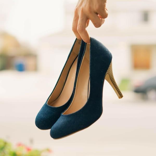туфли в руках
