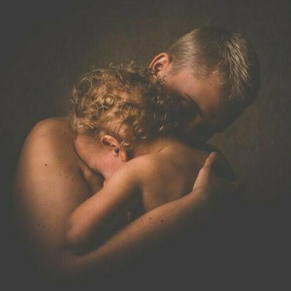 обнять ребенка