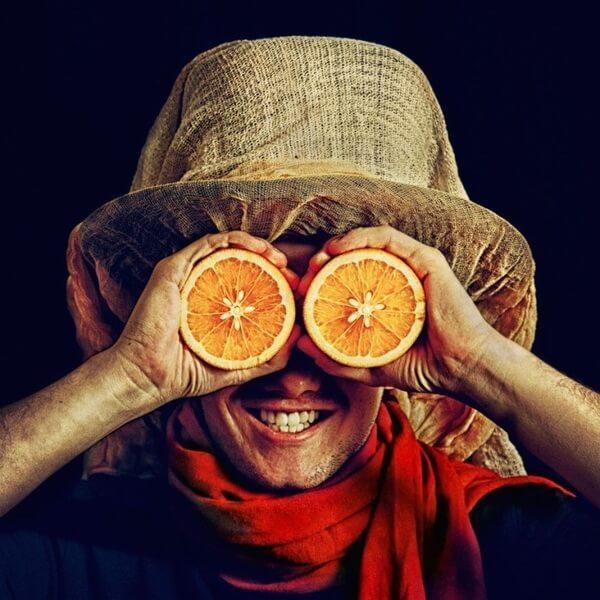 человек и апельсины