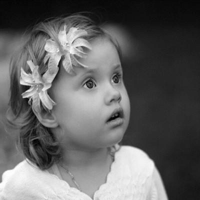 девочка смотрит с интересом