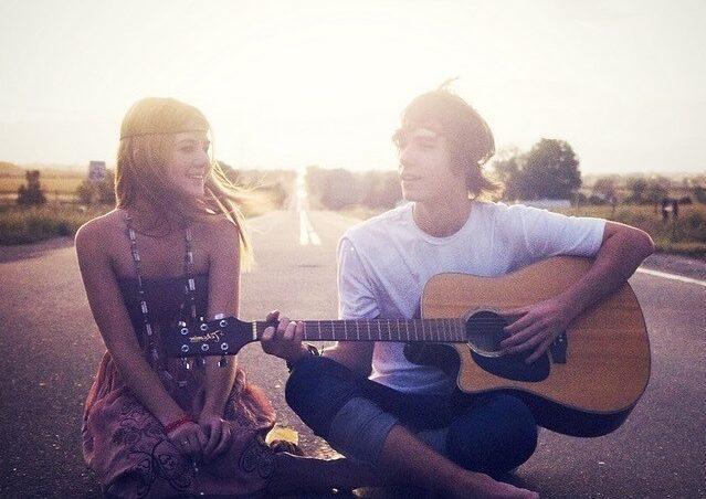 вместе играют на гитаре