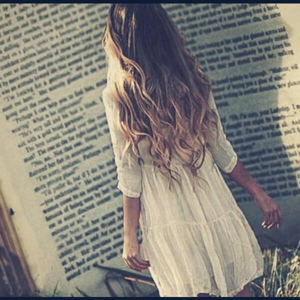 девочка читает большую книгу
