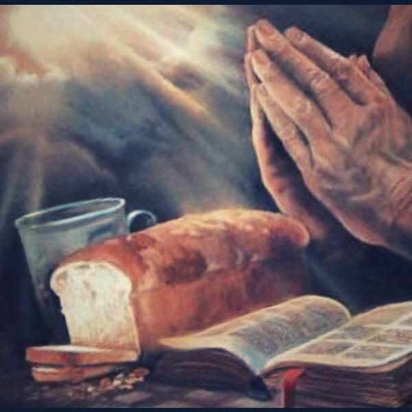 молится над хлебом