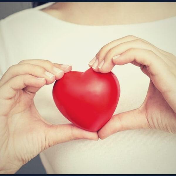 сердце в руках женщины