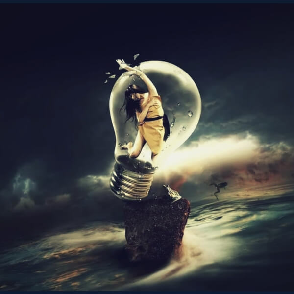 девушка в лампочке