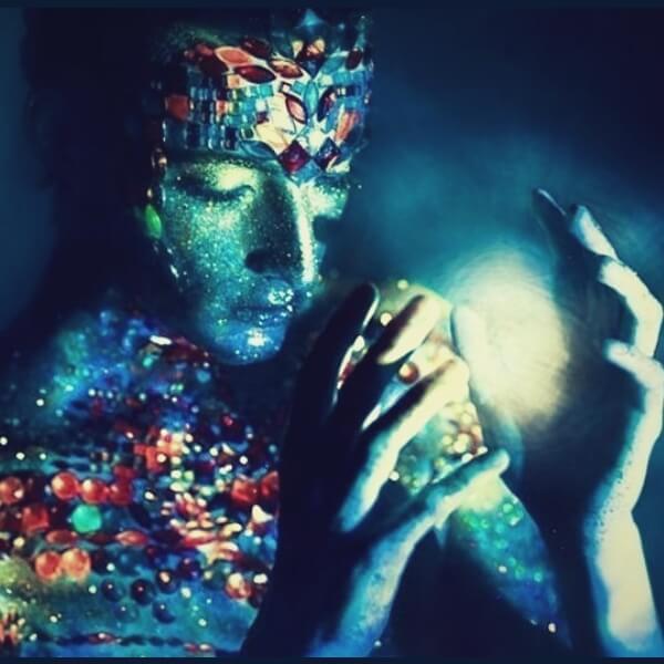 синяя девушка со светом