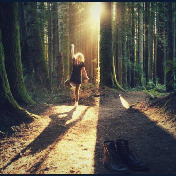 девушка на прогулке в лесу