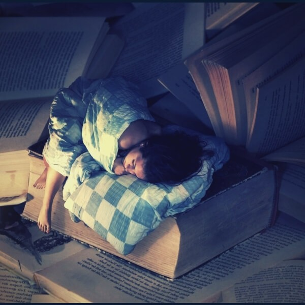 спит на книгах