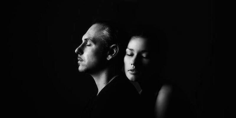 парень с девушкой в темноте