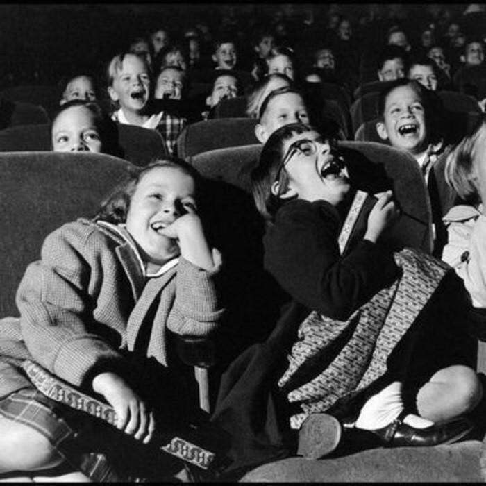 дети в старом кинотеатре