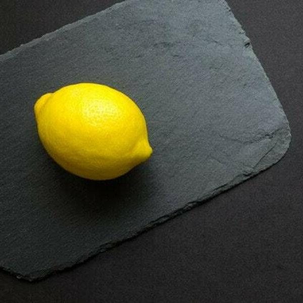 лимон на черном фоне