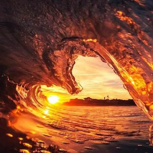 закат через волну