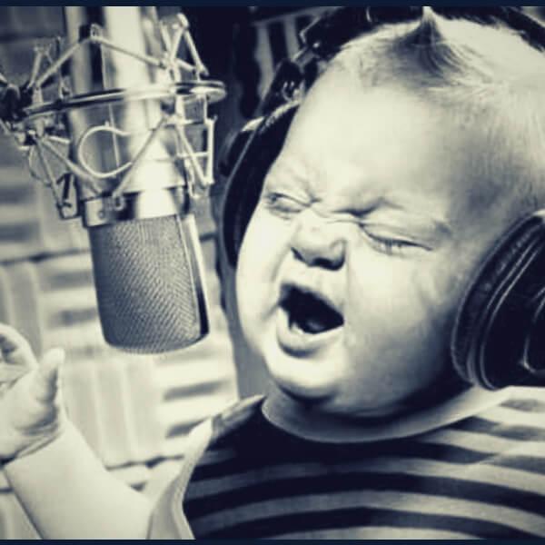 ребенок громко поет