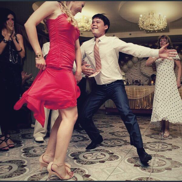 свидетель на свадьбе танцует