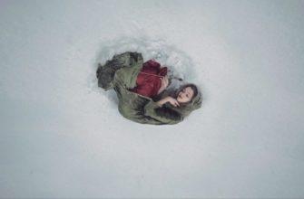 одинокий человек в снегу