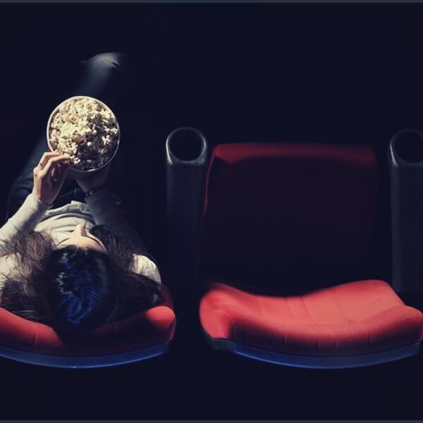 одинокая девушка в кино