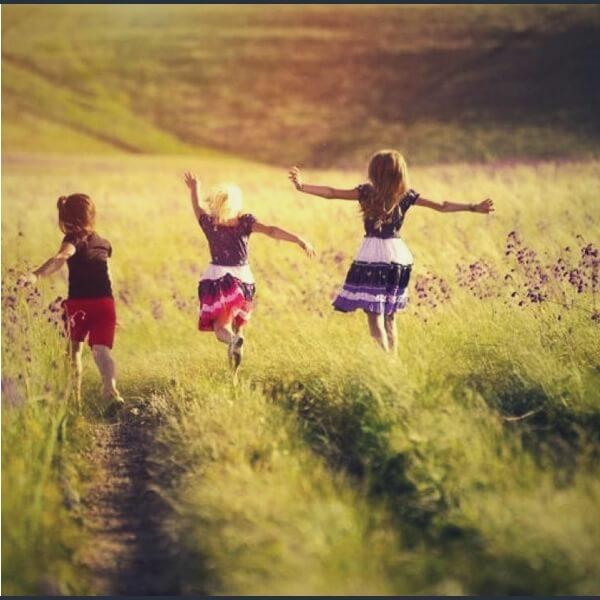 дети бегают и солнце светит