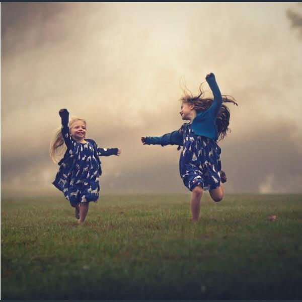дети в поле бегают