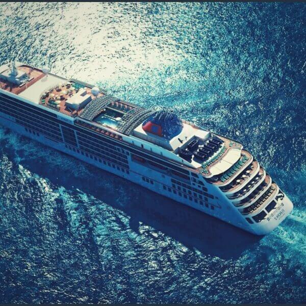 морской круизный лайнер в океане
