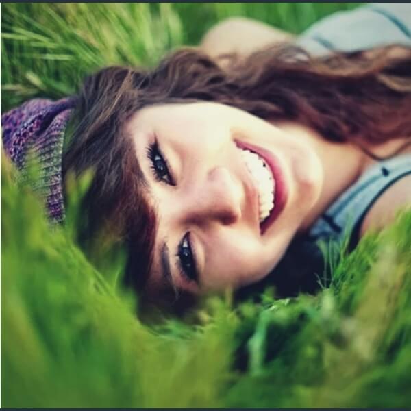 девушка улыбается и лежит