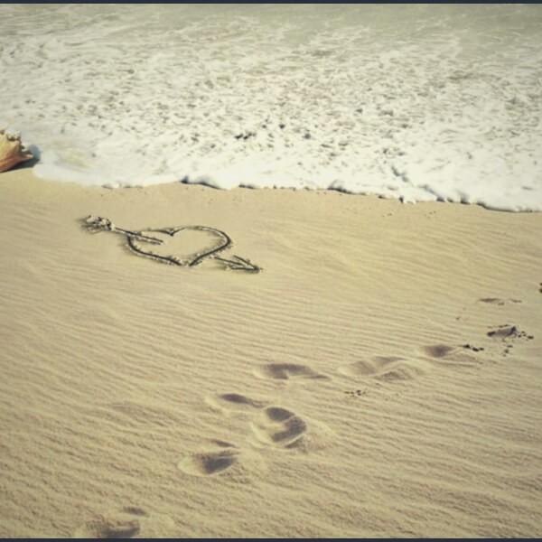 сердце и следы на песке