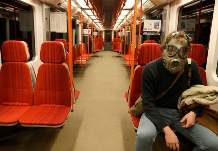 одинокий человек в метро