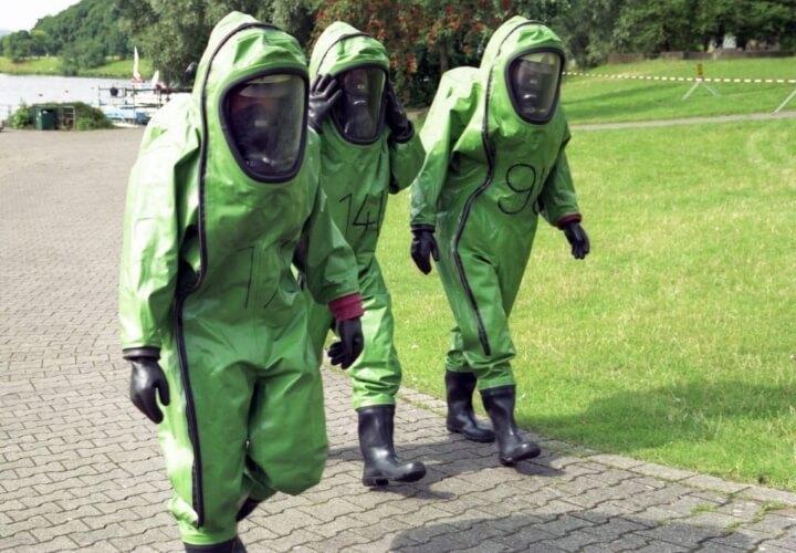 зеленые люди в костюмах