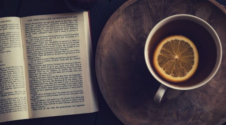 книга и чашка чая