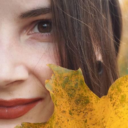 девушка и кленовый лист