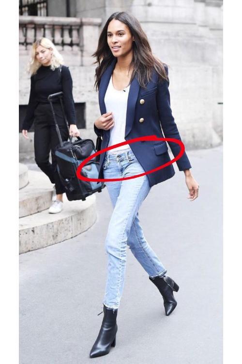 девушка в джинсах в городе