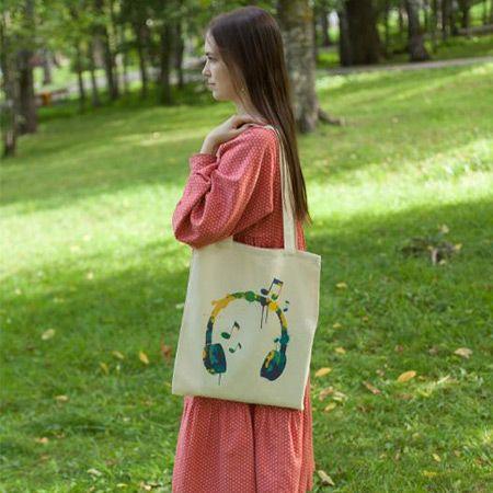 сумка и девушка на поляне